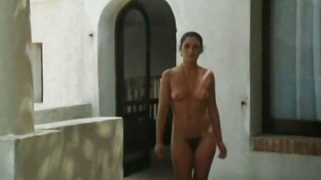 Pantimedias negras xxx subtitulado en español debajo de las polainas negras de aspecto mojado